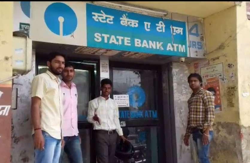 देश के कई शहरों में नोटबंदी जैसे हालात, ATM खाली, बैंकों में लगी कतारें