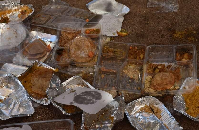 किसानों को मंत्री के कार्यक्रम में घंटों रखा गया भूखा, खराब भोजन से होने लगीं उल्टियां