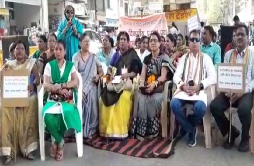 महिला उत्पीडन की बढ़ती घटनाओं पर कांग्रेस ने मोदी व योगी को कोसा