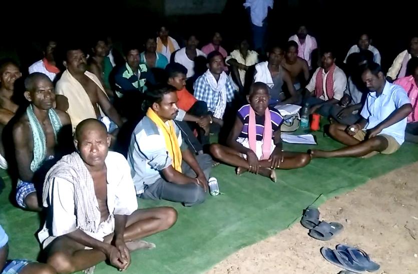 मुख्यमंत्री को उनकी घोषणा याद दिलाने पदयात्रा पर निकले आदिवासी