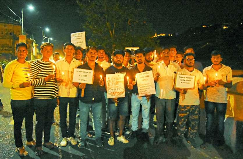 उन्नाव दुष्कर्म पीड़िता के लिए इंसाफ की मांग को लेकर शहरवासियो ने निकाला कैंडल मार्च