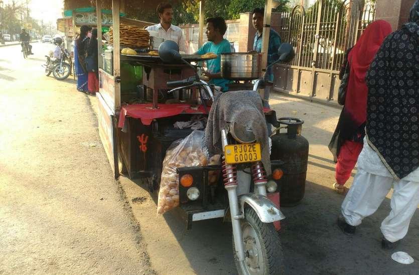 अलवर का ऐसा ई-रिक्शा जिसपर बिकते हैं गोल-गप्पे, एक फोन पर ही मिल रहे हैं गोल-गप्पे