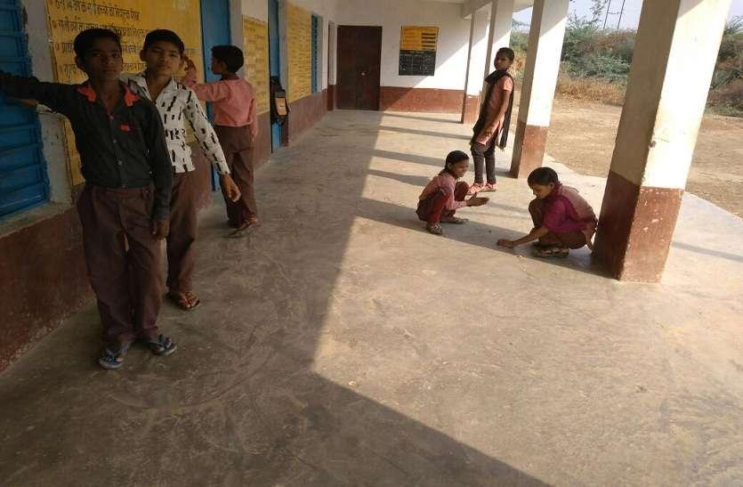 योगी सरकार के लिए ये स्कूल बना बड़ी चुनौती, बच्चे पकड़ते हैं मछलियां