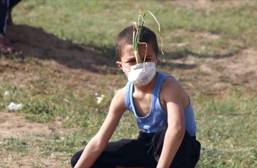 जानिए 'प्याज मास्क' पहने फिलिस्तीनी लड़के की फोटो क्यों हो रही है वायरल ?