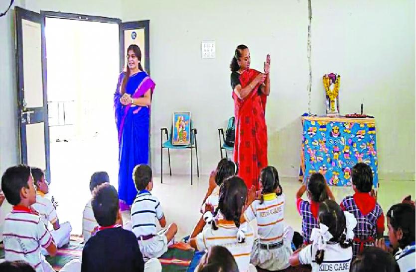 मां, बहन और शिक्षिका बन दिखा रहीं राह