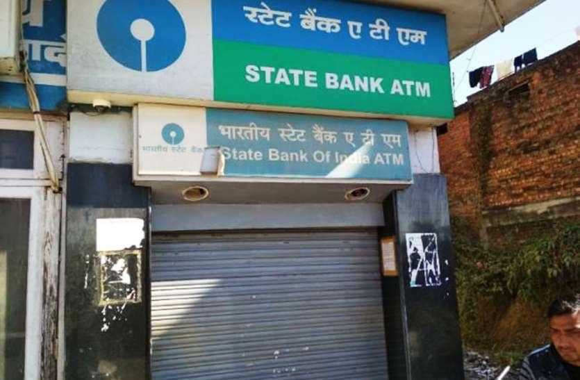 कानपुर के एटीएम हुए कंगाल, पैसे नहीं होने से ग्राहक परेशान