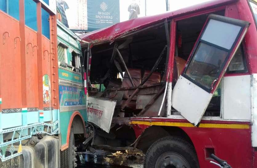 समतामूलक चौराहे पर हुआ भीषण सड़क हादसा, दर्जनों यात्री घायल, अस्पताल में भर्ती