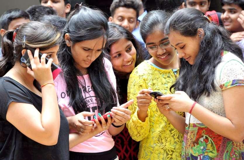 CM ने की बड़ी घोषणा: कॉलेजों में पढऩे वाले सभी छात्रों को मिलेंगे स्मार्टफोन