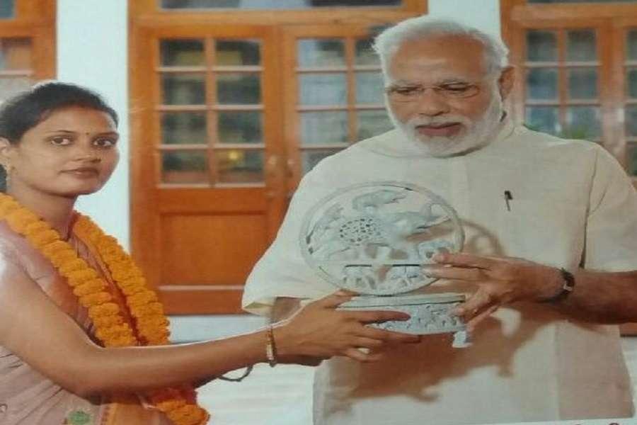रामनगर भीटी की प्रधान सुशीला सोनकर सॉफ्ट स्टोन जाली वर्क का नमूना पीएम को भेट करते