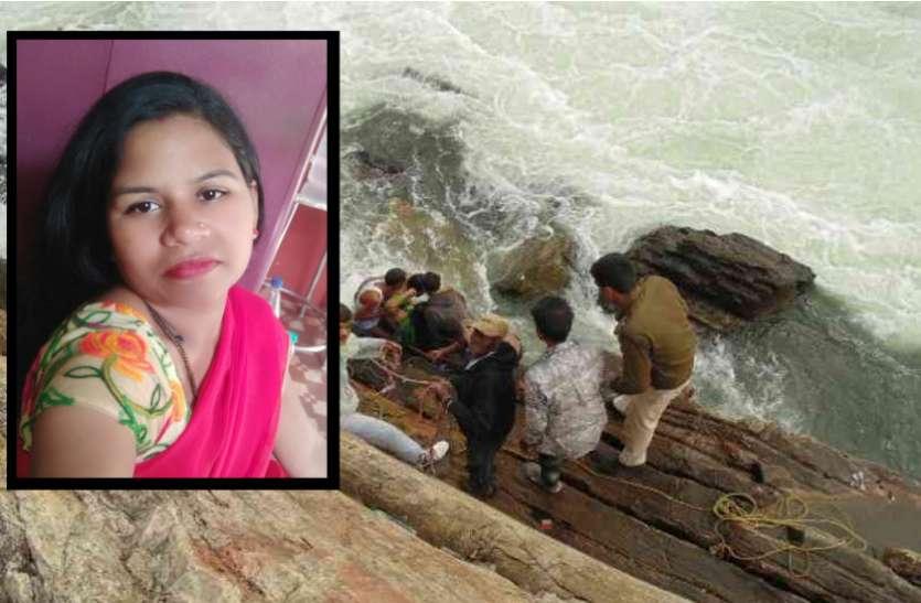 विवाहित महिला ने नर्मदा में कूदकर की आत्महत्या- देखें वीडियो