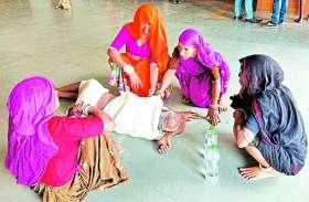 VIDEO: उदयपुर के एमबी हॉस्पिटल की निजी लैब परिसर में बेबस दिखे परिजन,नहीं मिली व्हील चेयर, तड़पा कैंसर रोगी