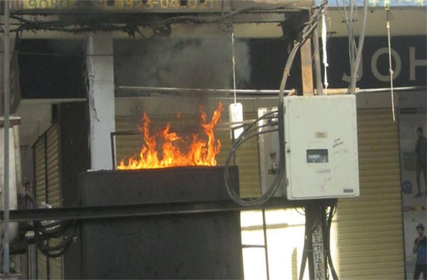 व्यवसायिक कांप्लेक्स की डीपी में आग, १५ मिनट तक धू-धू करके जलती रही