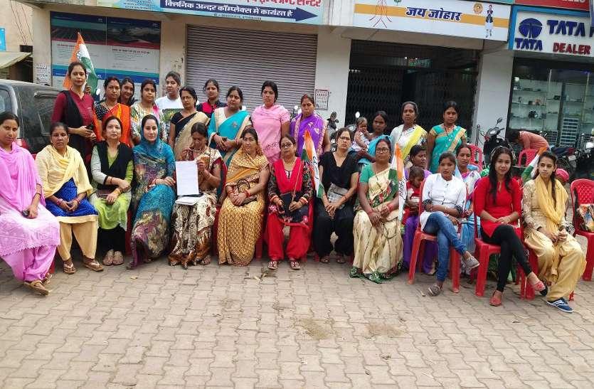 कठुआ और उन्नाव में दुष्कर्म इन महिलाओं ने भाजपा पर निकाली भड़ास, मनाया काला दिवस