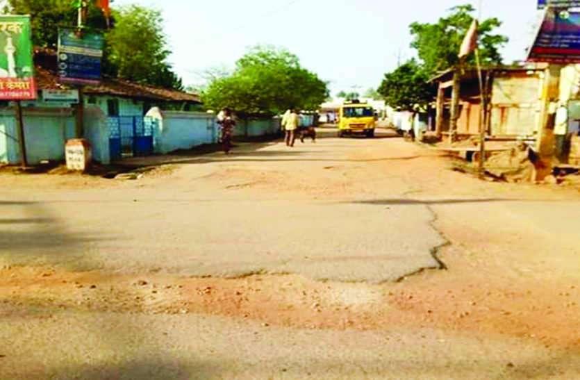 शहर के लोग वर्षों से परेशान, सड़क मरम्मत को लेकर गंभीर नहीं अधिकारी