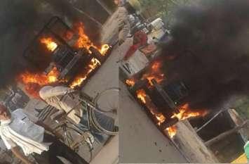 PHOTOS यूपी के चंदौली में तोड़फोड़, आगजनी, पुलिस पर भी पथराव, गाड़ियां तोडीं