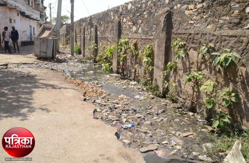 बांसवाड़ा : मनमर्जी से हो रहा नाला निर्माण, निगरानी में नगर परिषद बेपरवाह