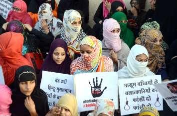 Video : मौन रैली निकालकर दुष्कर्म व हत्या के आरोपितों के खिलाफ जताया विरोध