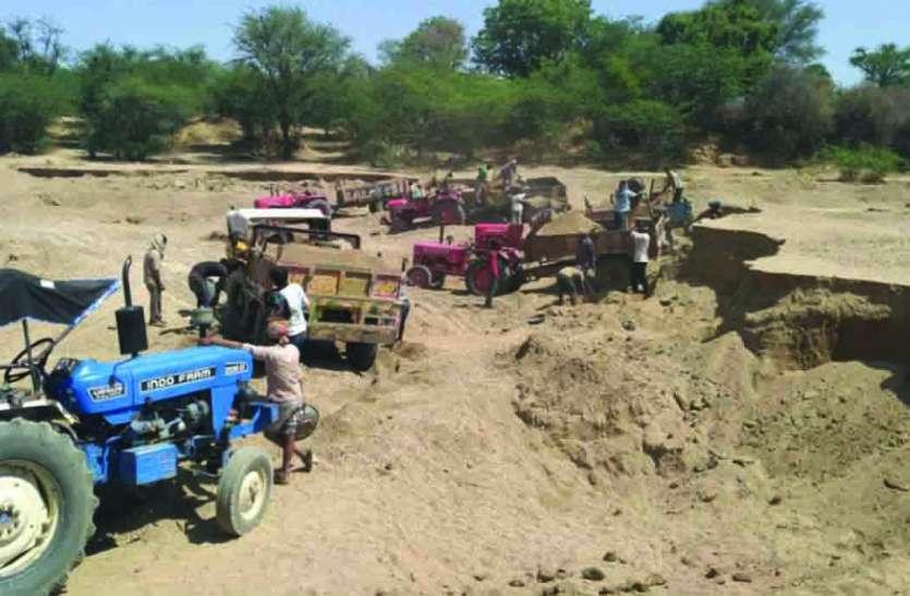 EXCLUSIVE : खारी नदी से दिन-रात हो रहा रेती का अवैध दोहन, नदी पेटे में दर्जनों खड्डे
