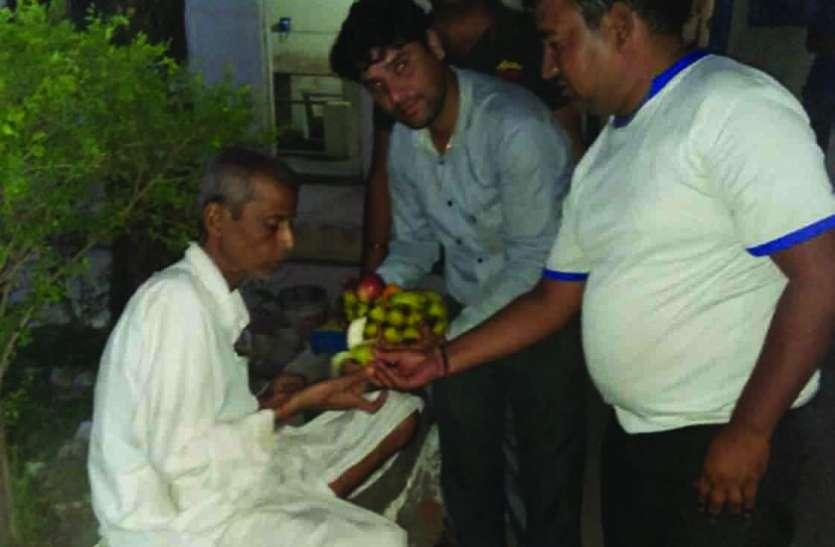 GOOD NEWS : उड़ीसा का विक्षिप्त पहुंचा रेलमगरा, समाज सेवकों ने मिलाया परिजनों से