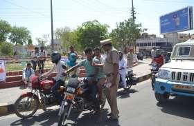 सडक़ सुरक्षा सप्ताह: पहले दिन फूल देकर यातायात नियमों की पालना का दिलाया संकल्प, देखें तस्वीरें