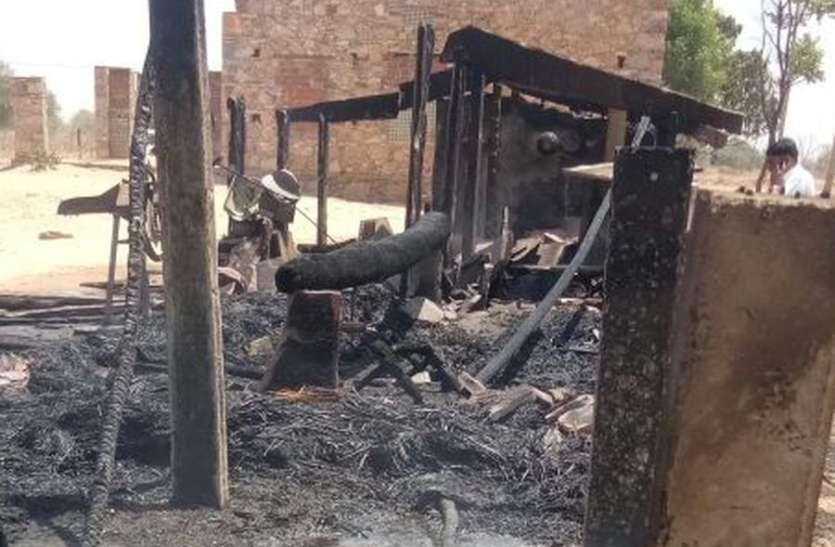महिला झुलसी, पांच भैंस व पांच बकरियां जिन्दा जली