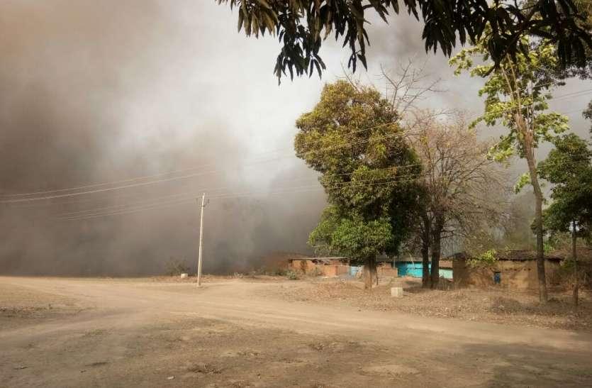 हर हैवी ब्लास्टिंग की उठने वाली धूल की आंधी से बेदम हो रहा ग्रामीण जीवन, दिन-रात जी रहे दहशत में