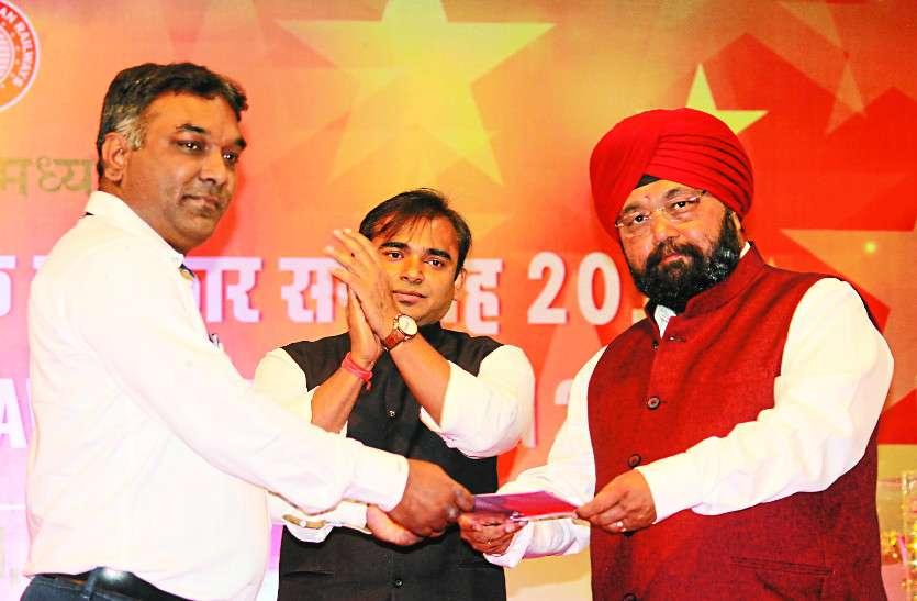 उत्कृष्ट कार्य के लिए 77 कर्मियों को मिला महाप्रबंधक पुरस्कार