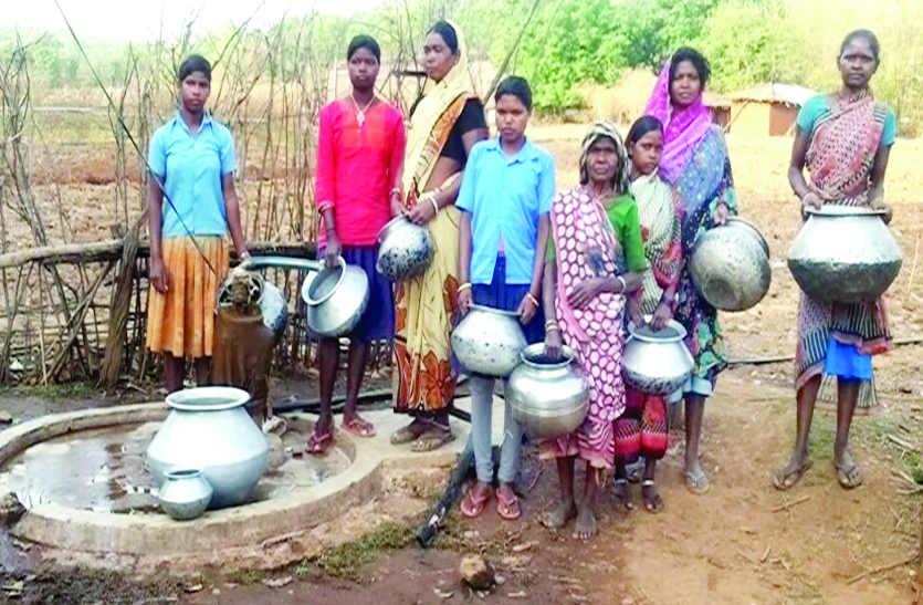 30 हजार चंदा एकत्र कर ग्रामीणों ने गांव के बिगड़े हैंडपंप की करवाई मरम्मत