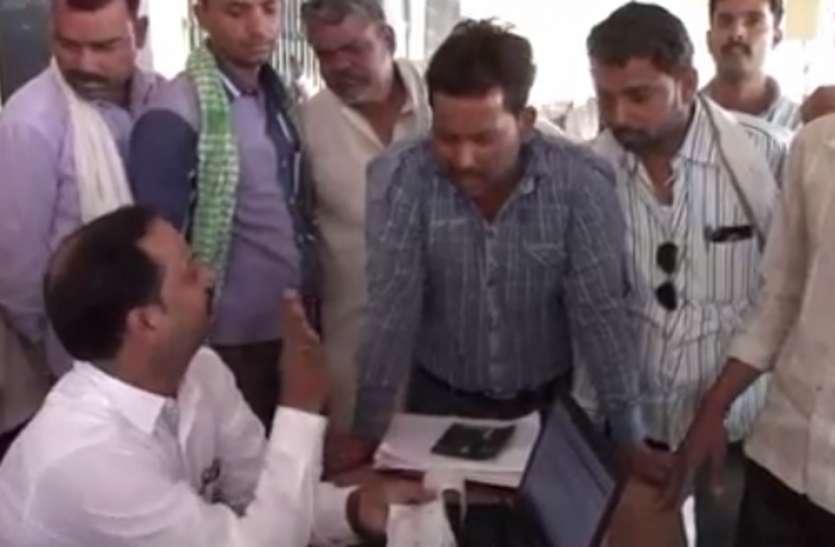 गेहूं खरीद केंद्र पर किसानों का हंगामा, छ्नाई-तुलाई के नाम पर ज्यादा रुपए मांगने का आरोेप