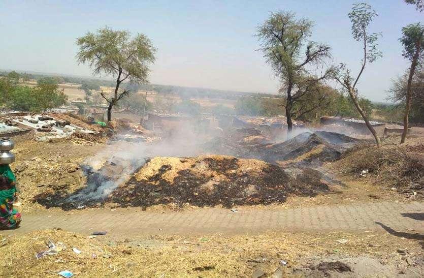 ग्रामीणों ने पाया काबू, आग बुझाने पहुंची दमकल रास्ते में गड्ढे में फंसी