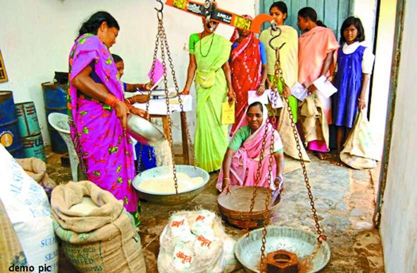 छत्तीसगढ़ सरकार जनता को बांट रही घटिया क्वालिटी का चावल, भड़की जनता