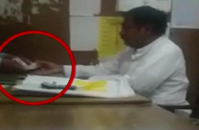 DM आफिस में रिश्वत लेते बाबू की तस्वीरें कैमरे में कैद, कहा- जिलाधिकारी के खाते में जाती है घूसखोरी की रकम
