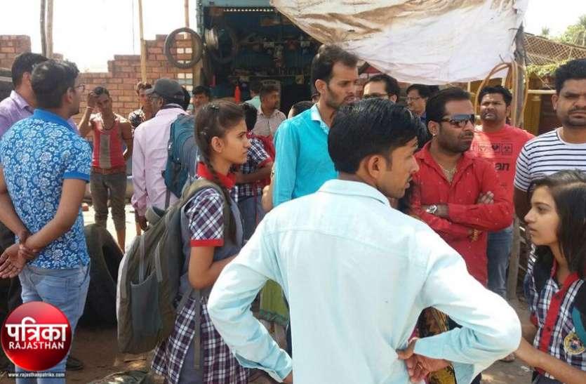 बांसवाड़ा : स्कूली बच्चों से भरे दो टैम्पो को चपेट में लेने के बाद भागते समय कार में लगी आग, बच्चों में फैली दहशत