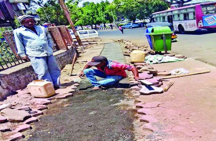 रिस्टोरेशन में लापरवाही : सड़क और फुटपाथ पर थेगड़े लगा रही कंपनी