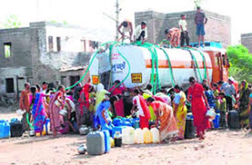 बुंदेलखंड में गहराया पेयजल संकट, 39 गांवों के डेढ़ लाख लोग टैंकरों के भरोसे