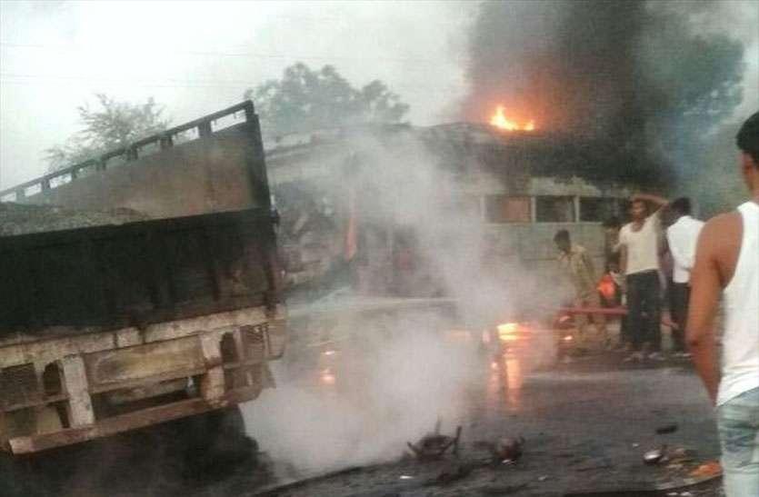 बस-ट्रेलर की भिड़ंत के बाद लगी आग, बस चालक जिन्दा जला