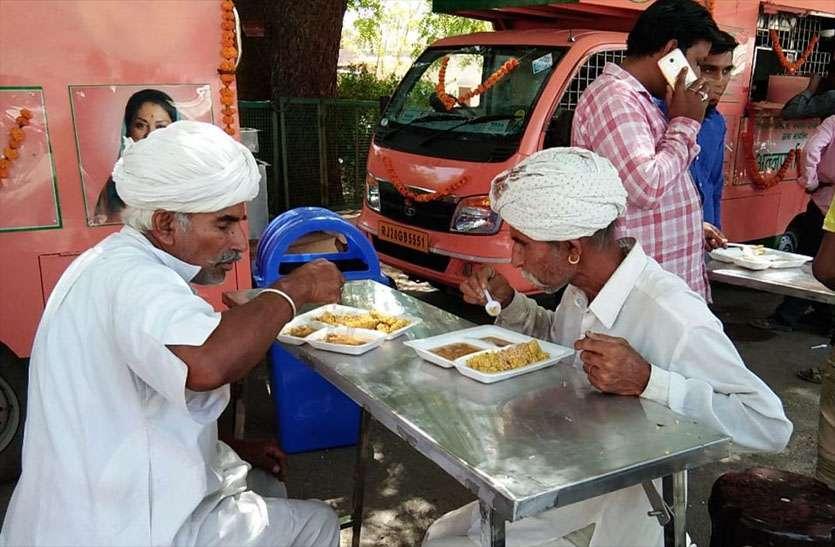 शुरू हुई अन्नपूर्णा रसोई, पहले दिन मुफ्त में कराया नाश्ता, उमड़े लोग