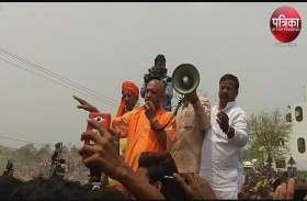 कुशीनगर हादसे के बाद पहुंचे सीएम योगी के सामने लोगों ने की नारेबाजी, गाड़ी के बोनट पर चढ़ कर बोले मुख्यमंत्री बंद करें नौटंकी