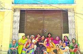 पानी की समस्या से तंग आकर महिलाओं ने जलदाय विभाग के कार्यालय पर लगाया ताला