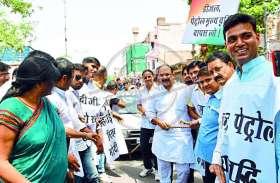 जयपुर में हुआ अनोखा प्रदर्शन, रस्सी से खींची गई कार