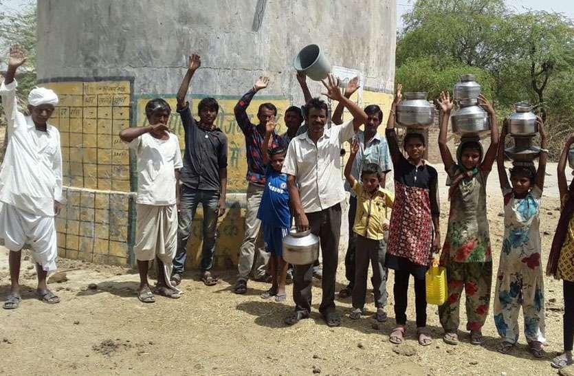 खारे पानी की सप्लाई के विरोध में उतरे ग्रामीण