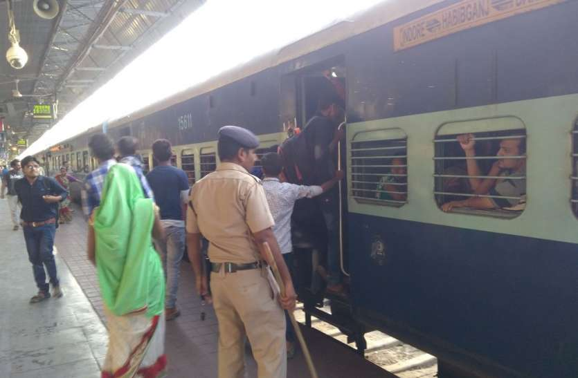 यात्री टिकट लेते रहे और ट्रेन हो गई रवाना