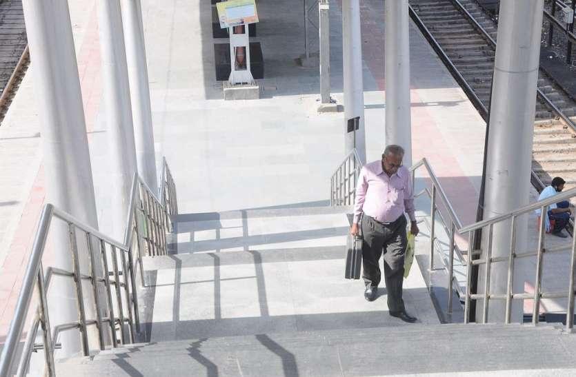 इंदौर रेलवे स्टेशन पर यात्रियों के साथ धोखा