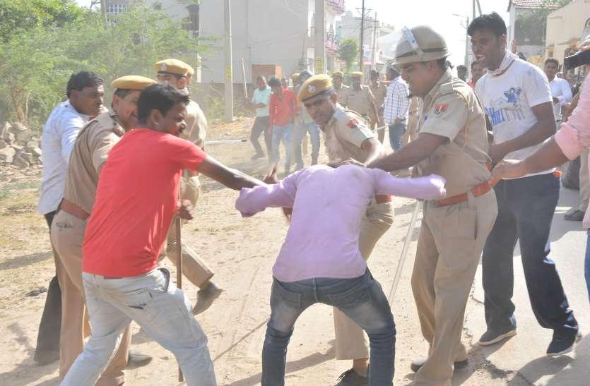 पुलिस वालों पर तलवार से हमला
