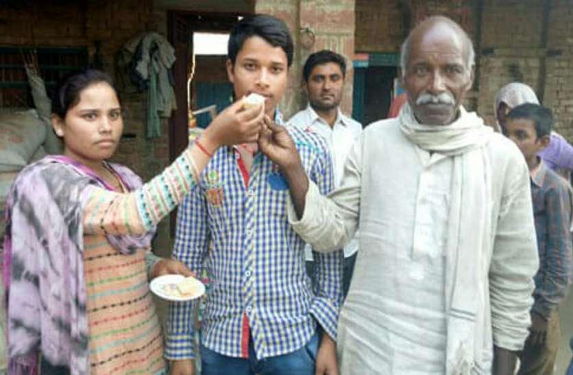 UP Board Result: मजदूर के बेटे ने प्रदेश में हासिल किया 7वां स्थान, गांव में पानी की समस्या करना चाहता है दूर