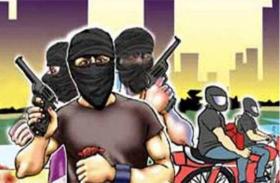 औरंगाबाद: बंदूक की नोक पर दिनदहाड़े लाखों के गहने लूटकर ले गए बदमाश, दहशत फैलाने के लिए की फायरिंग और बमबारी