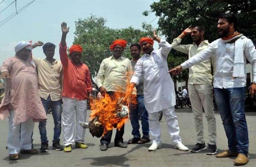 अलीगढ़ विश्वविद्यालय में जिन्ना की तस्वीर लगाने का हिन्दू संगठनों ने किया विरोध, फूंका पुतला
