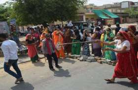अलवर में यहां महिलाओं ने किया प्रदर्शन, विभाग को दे दी यह चेतावनी