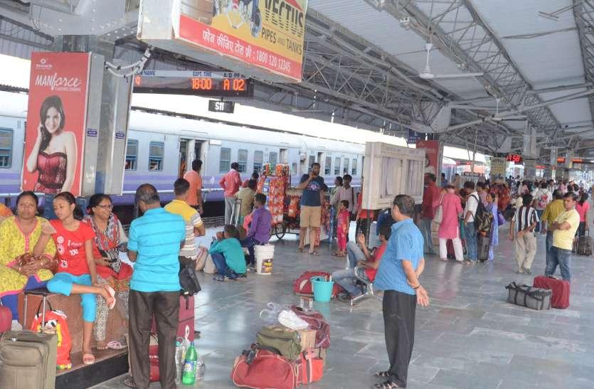 लंबी दूरी की ट्रेनों में आरक्षण को लेकर मारामारी, छुट्टिया शुरू लेकिन नहीं चली स्पेशल ट्रेनें