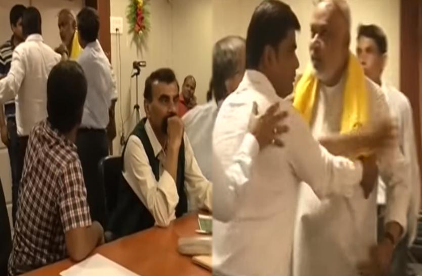 झल्ला उठे  बीजेपी एमएलसी संजय पासवान,भरी सभा में बोलने लगेे अपशब्द